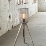 Skandinavischer Einrichtungsstil mit der Stehlampe Dreibein Metall